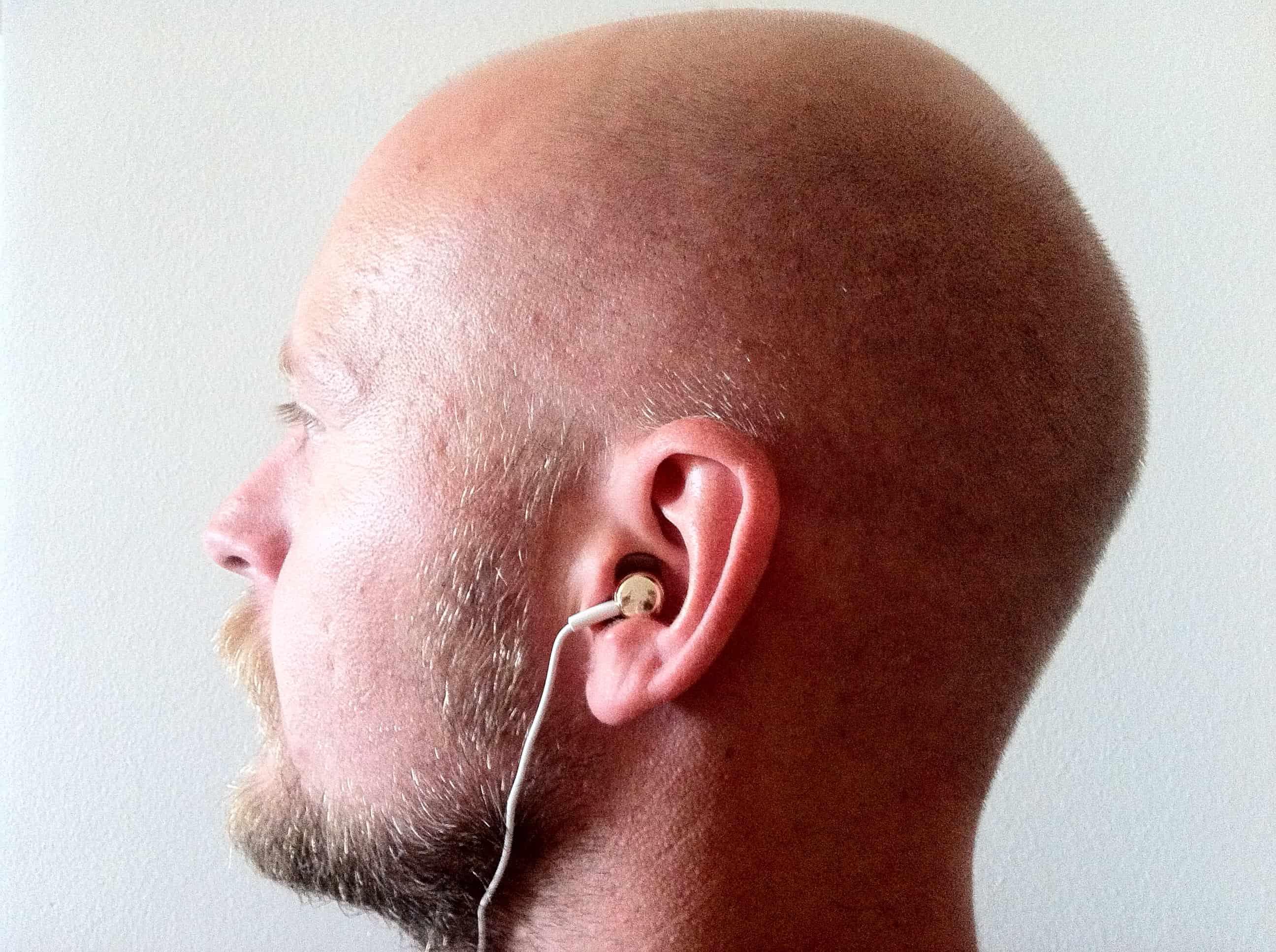 Den mest almindelige måde at bære in-ears på.