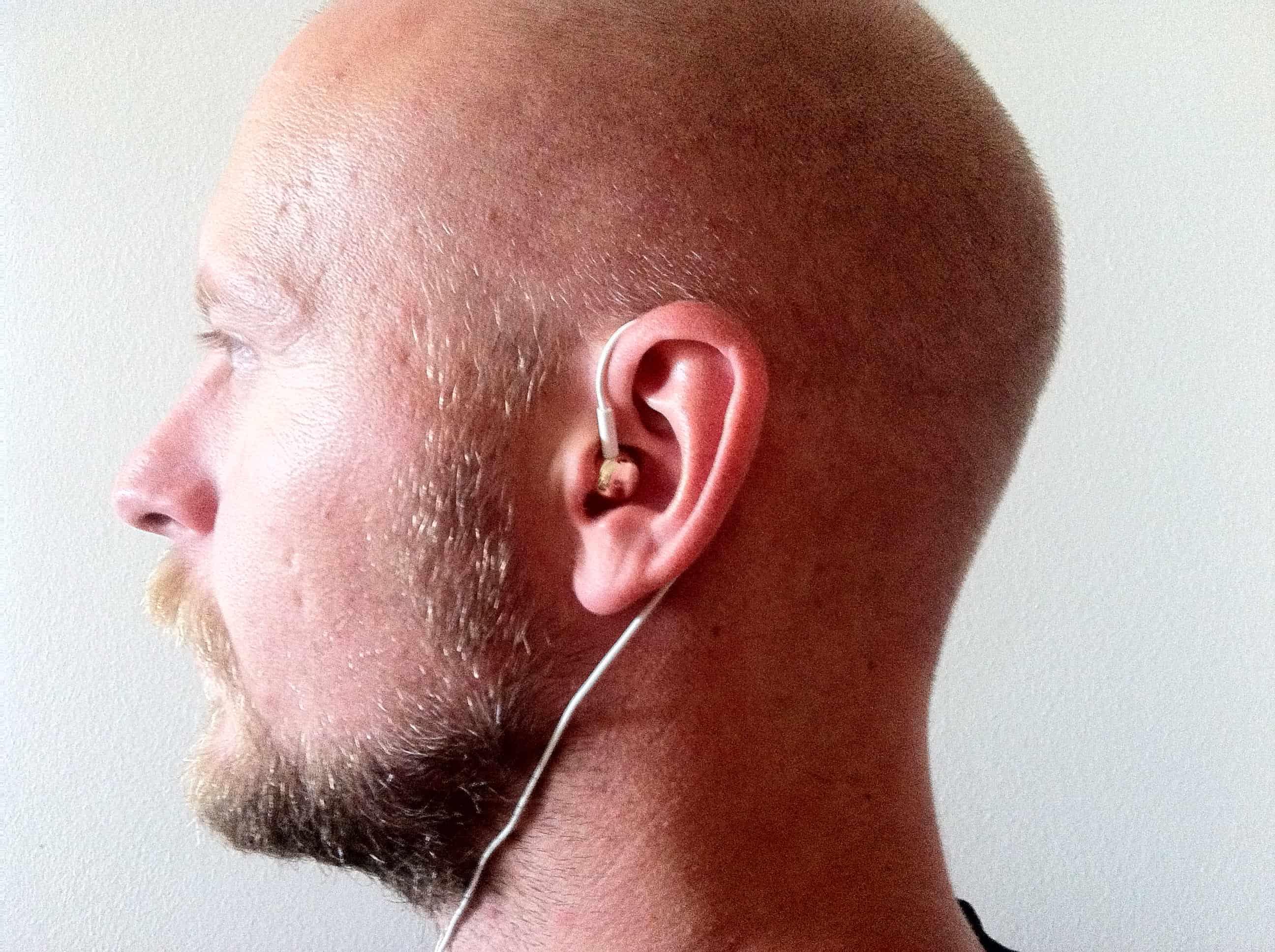 Hvis du trækker kablet bag øret, undgår du ubehagelige træk i øret og ofte sidder de bedre.