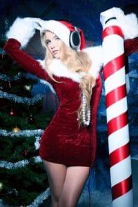 Julemandens unge kone med høretelefoner?