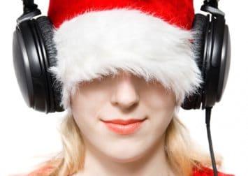 Pige med nissehuse og høretelefoner